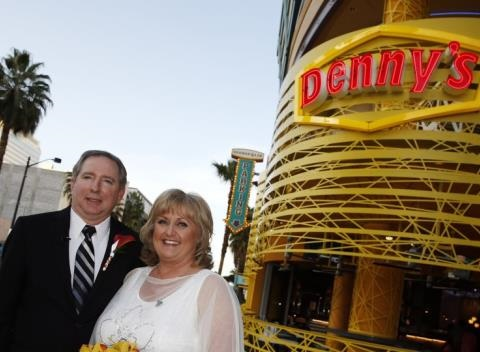 News video: 33 Couples Got Married At A Las Vegas Denny's